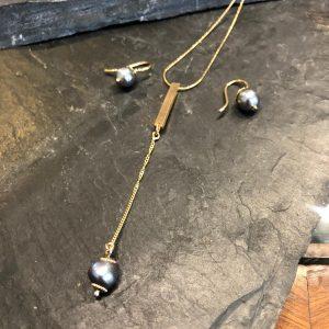Aretes y Collar plata bañada en oro más perlas.